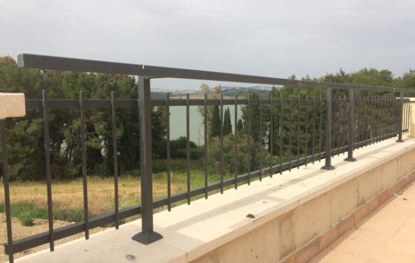 Ringhiere in ferro zincato e verniciato nei pressi della diga di S. Giuliano